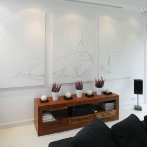 Trzy subtelne grafiki tworzące całościową dekorację ściany. Projekt: Hola Design. Fot. Bartosz Jarosz.