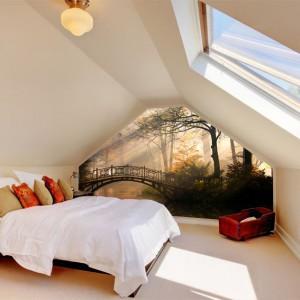 Fototapeta umieszczona pod skosami to ciekawy pomysł na aranżację sypialni. Fot. Mural 24.