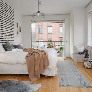 Biało-czarna tapeta umieszczona za wezgłowiem łóżka wydziela optycznie strefę łóżka. Fot. Alvhem Mäkler.
