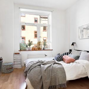 Ciemne, tapicerowane łóżko dobrze prezentuje się na tle białej ściany. Fot. Alvhem Mäkler.