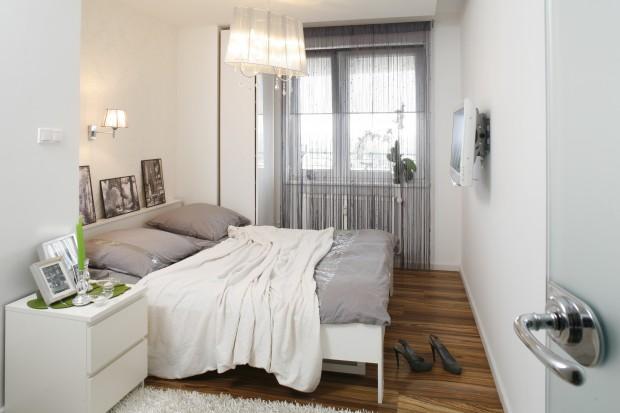Delikatne biele i szarości. Zobacz przytulną sypialnię