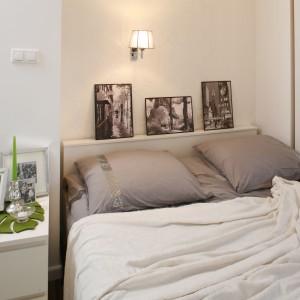 Sypialnia urządzona w neutralnych barwach jest doskonałym tłem dla kolorowych dodatków. Proj. Małgorzata Mazur. Fot. Bartosz Jarosz.