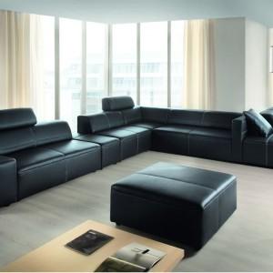 Na czarnej, skórzanej kanapie Super Line marki Etap Sofa może usiąść około 10 osób. Fot. Etap Sofa.