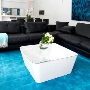 Czarna sofa narożna w skórzanym wykończeniu sprawdzi się w nowoczesnym i klasycznym salonie. Fot. RC+D.