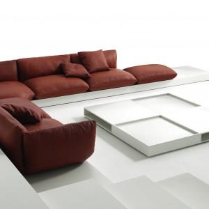 Sześcioosobowa sofa Jalis w ciepłym kolorze cynamonu. Fot. Galeria Wnętrz.