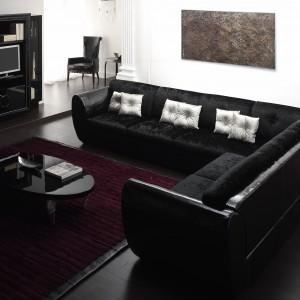 Długa sofa marki Atmosphera w eleganckim wydaniu. Idealna do klasycznego wnętrza. Fot. Ebano Design.