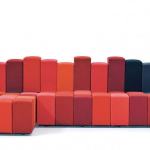 Multikolorowa sofa Moroso zainspirowana klawiszami pianina. Fot. Moroso.