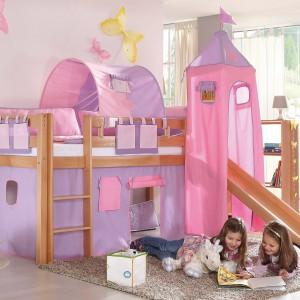 Dekoracje ścienne i pomysłowe łóżko nie pozostawiają złudzeń, że tu mieszka mała dziewczynka. Fot. Matelpro.