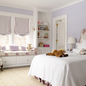 drukowana tapicerka łóżka i fotela podkreśla romantyczny charakter wnętrza. Fot. Benjamin Moore.