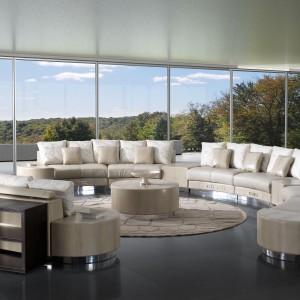 Elegancka sofa marki Formitalia Luxury Group w kolorze piasku przeznaczona jest nawet dla 10 osób. Fot. Fabio Luciani.