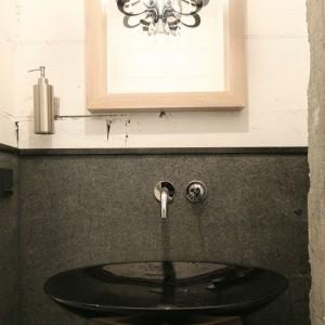 Małą łazienkę urządzono z wielkim rozmachem. Świadczą o tym zarówno podstawowe elementy wyposażenia, ale przede wszystkim użyte w aranżacji naturalne materiały -kamień i drewno. Projekt Monika Włodarczyk, Jarosław Jończyk. Fot. Bartosz Jarosz.