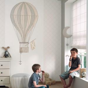 Tradycyjnym sposobem dekoracji ściany jest oklejenie jej tapetą. Fot. Casadeco.