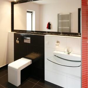 Oryginalna, designerska ceramika to podstawowe i jedyne wyposażenie tego niewielkiego wnętrza. Minimalistyczna toaleta i szklana umywalka zachwycają formą, nie tracąc przy tym swej funkcjonalności. Pojekt Michał Wielecki, Artur Hoffman. Fot. Bartosz Jarosz.