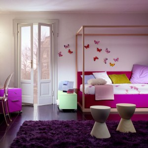 Kolorowe motyle przymocowane do sciany nad łóżkiem będą efektowną dekoracją pokoju dziewczynki. Fot. Dearkids.
