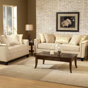 Pomysł na aranżację salonu z wykorzystaniem jasnobeżowych sof. Fot. DoHomeDesign.