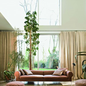 Ciemnobeżowa sofa Armadillo marki Busnelli. Fot. Fabio Luciani.