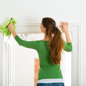 Rolety można bez problemu czyścić, najlepiej nie zdejmując ich z okien. Fot. Prakto.eu
