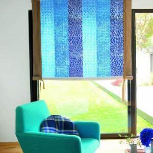 Materiałowa roleta z tkaniny Havana od Designers Guild w modnych odcieniach niebieskiego doda blasku wnętrzu. Fot. Designers Guild.
