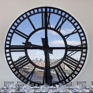 Zegar w niepowtarzalnym widokiem na Manhattan. Fot. Corcoran.com.
