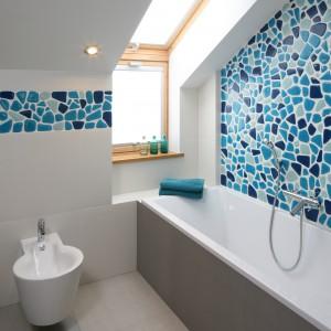 Wannę umiejscowiono pod skosami poddasza tuż przy oknie połaciowym. Takie rozwiązanie zapewnia dodatkowe światło podczas porannej toalety. Projekt Małgorzata Galewska. Fot. Bartosz Jarosz.