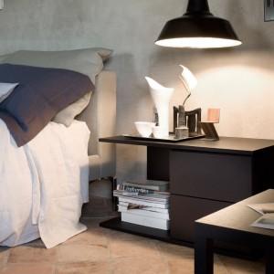 Industrialna lampa zawieszona nad stolikiem nocnym efektownie oświetla wnętrze. Fot. Cassina.