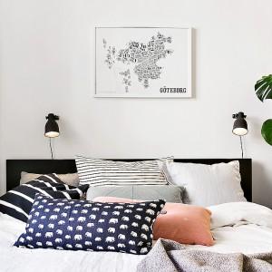 Sypialnię urządzoną w skandynawskim styl dopełniają małe kinkiety. Fot. Alvhem Mäkler.