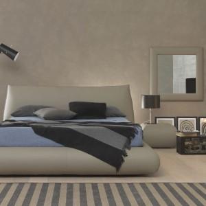 Wysoka lampa podłogowa oraz niska lampka na stolik nocny - efektowne połączenie dwóch różnych form. Fot. Bolzan Letti.