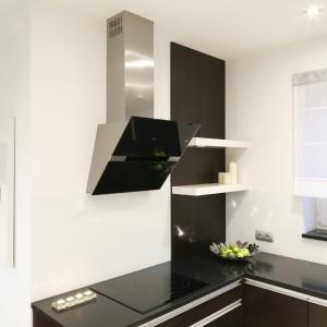 Dla kontrastu lakierowane szkło na ścianie nad blatem pojawia się w wersji czarnej i białej (naprzeciwko). Projekt Magdalena Wielgus-Biały. Fot. Bartosz Jarosz.
