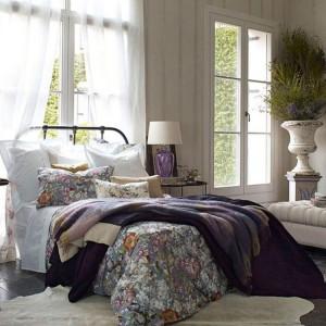 Grube tkaniny w kwiatowymi ornamentami to propozycja z jesiennej kolekcji od Zara Home. Fot. Zara Home.