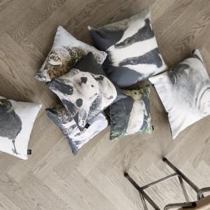 Modne poszewki na dekoracyjne poduszki z ciekawymi nadrukami. Fot. By North Copenhagen
