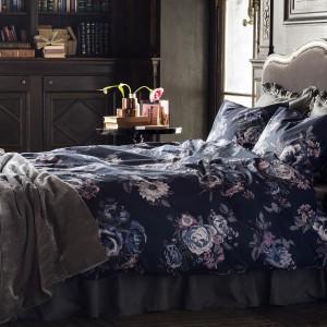 Pościel w kwieciste wzory wprowadza do wnętrza sypialni romantyczną atmosferę. Fot. H&M Home.