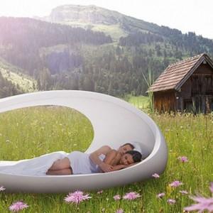 Łóżko o obłym, futurystycznym kształcie. Fot. Lomme.