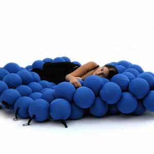 Łóżko wykonane z piankowych kul, które idealnie dopasowują się do kształtu naszego ciała. Łóżko dostępne w czterech kolorach. Na zdjęciu system  Feel Seating System Deluxe. Fot. Animi Causa.