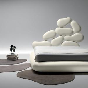"""Model łózka o nazwie """"Stones"""" jak nazwa wskazuje został zainspirowany naturalną formą kamieni. Wysoki zagłówek to połączenie miękkich elementów nawiązujących do obłych kształtów otoczaków. Fot. Noctis."""
