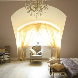 Duże okno zapewnia dopływ naturalnego światła. Efektowna aranżacja okna podkreśla romantyczny charakter wnętrza. Proj. Karolina Łuczyńska. Fot. Bartosz Jarosz.