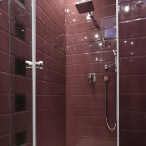 Ścianę w wykonanej na zamówienie kabinie prysznicowej pokrywają płytki imitujące kafle. Wybrane w urzekającym fiolecie roztaczają blask na całe wnętrze. Projekt Agnieszka Żyła. Fot. Bartosz Jarosz.