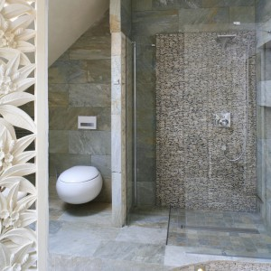 Ubrana w kamień łazienka miała nawiązywać do kultury Indonezji. stąd też ten szlachetny materiał– w różnej formie i o różnej kolorystyce – praktycznie zdominował wnętrze. Projekt Karolina Łuczyńska. Fot. Bartosz Jarosz.