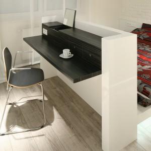 Małe biurko dzięki chowanemu lusterku może pełnić rolę praktycznej toaletki. Proj. Dominik Respondek. Fot. Bartosz Jarosz.