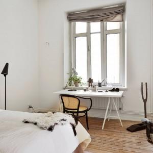 Sypialnia w skandynawskim stylu. Białe biurko umieszczone obok okna tworzy dobrze oświetlone miejsce pracy.Fot. Stadnshem