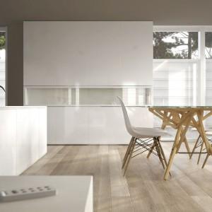 Złamane biele, szarości i beże - zestawienie do nowoczesnego salonu według marki Dekoral. Fot. Dekoral.