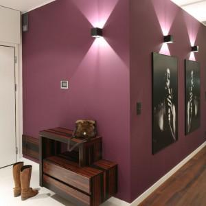 Ściana w kolorze śliwki jako miejsce ekspozycji plakatów. Proj. wnętrza Katarzyna Mikulska-Sękalska. Fot. Bartosz Jarosz.