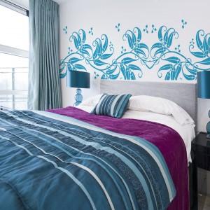 Naklejki na ścianę w intensywnym, niebieskim kolorze to ciekawy sposób na dekorację sypialni. Fot. Artofwall.