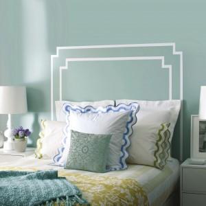 Jasne błękity w połączeniu z białymi dodatkami i tkaninami tworzą spójne, spokojne wnętrze. Fot. Benjamin Moore.