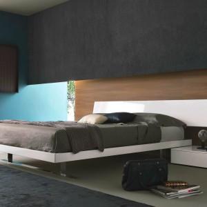 Niebieski dobrze komponuje się z drewnem oraz ciemnymi odcieniami brązu. Na zdjęciu łóżko SLIM zaprojektowane przez Mauro Lipparini. Fot. MisuraEmme.