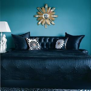 Intensywny, niebieski odcień w połączeniu z ciemnymi meblami tworzy nastrojową sypialnię. Fot. Benjamin Moore.