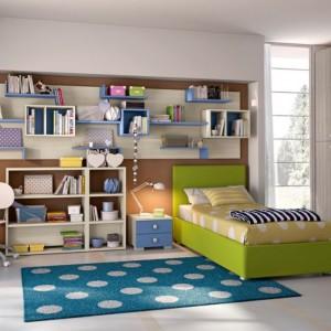 Liczne półki naścienne ułatwiają dziecku organizacje przestrzeni. Fot. Colombini Casa.