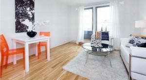 Salon z pomarańczowymi akcentami.