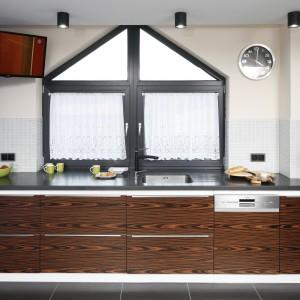 Główne miejsce nad kuchennym blatem zajmuje okno. Mozaika dopełniła całość. Projekt: Marta Kilan. Fot. Bartosz Jarosz. Stylizacja: Ewa Kozioł.
