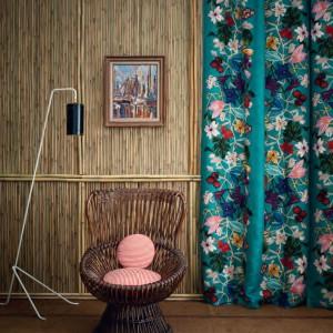 Seledynowe zasłony w kolorowe kwiaty z asortymentu marki Dedar z 2013 r. Fot. Dedar.