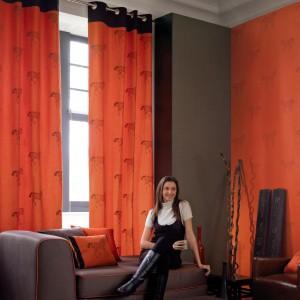 Zasłony w energetycznym kolorze pomarańczy skutecznie ocieplą salon. Zasłony Rive Gauche marki Casadeco. Casadeco.